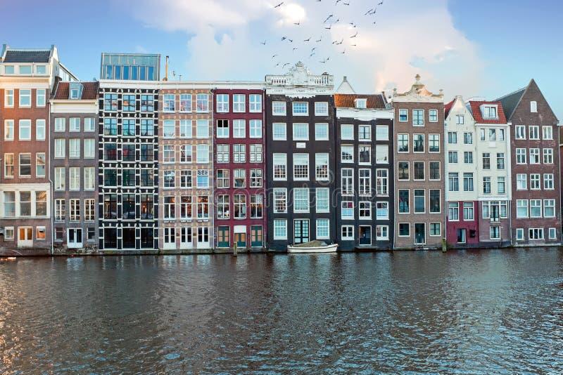 Traditionele Nederlandse huizen langs de kanalen in Amsterdam Nederland stock afbeeldingen