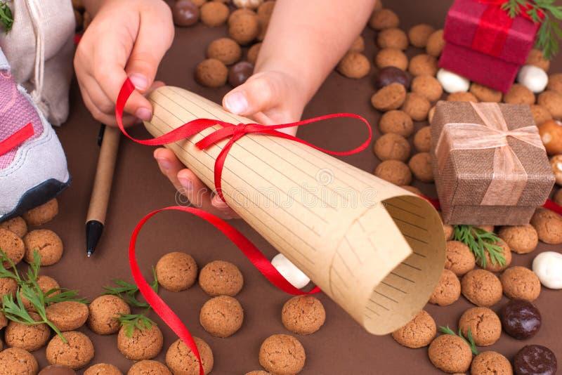 Traditionele Nederlandse vakantie voor kinderen Sinterklaas De wintervakantie in Europa en Nederland de achtergrond met pepernote royalty-vrije stock foto
