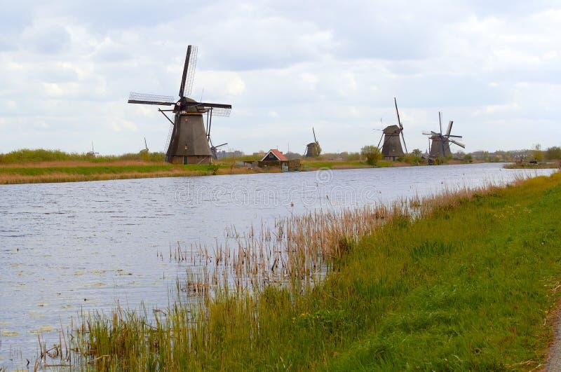 Traditionele Nederlandse windmolen dichtbij het kanaal nederland stock afbeeldingen