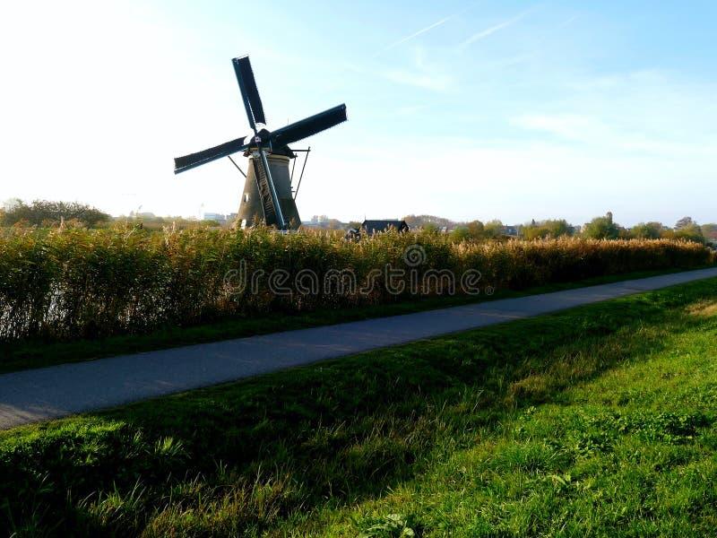 Traditionele Nederlandse windmolen dichtbij het kanaal nederland royalty-vrije stock foto's