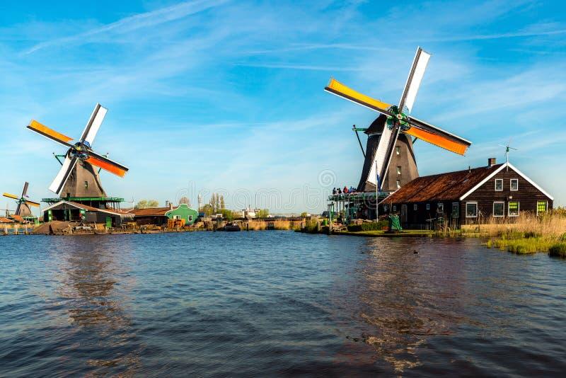Traditionele Nederlandse windmolens die door de rivier Zaan, in Zaanse Schans, Nederland worden gevestigd royalty-vrije stock fotografie
