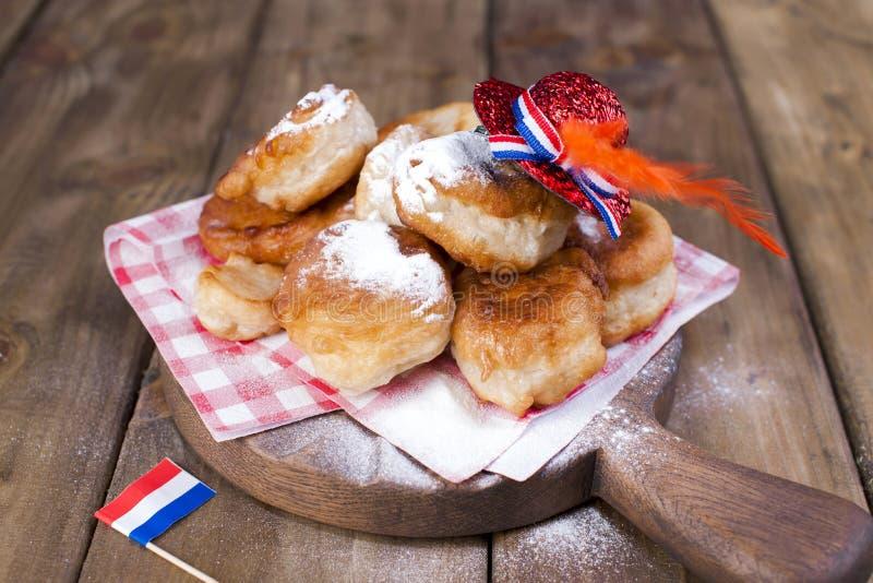 Traditionele Nederlandse zoete gebakjes Feestdag van de Koning decor Oranje dingen voor de vakantie Een Vrolijke Vakantie in NEDE stock fotografie