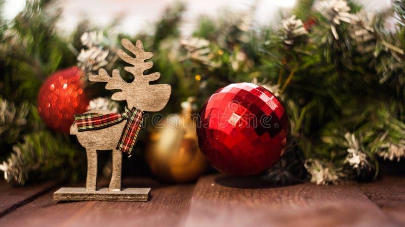 Traditionele Nieuwjaar` s decoratie Achtergrond voor een Kerstkaart Houten herten stock fotografie