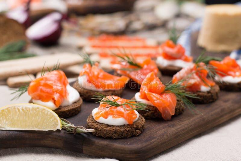 Traditionele Noorse keuken - Brunost en vissen stock foto's
