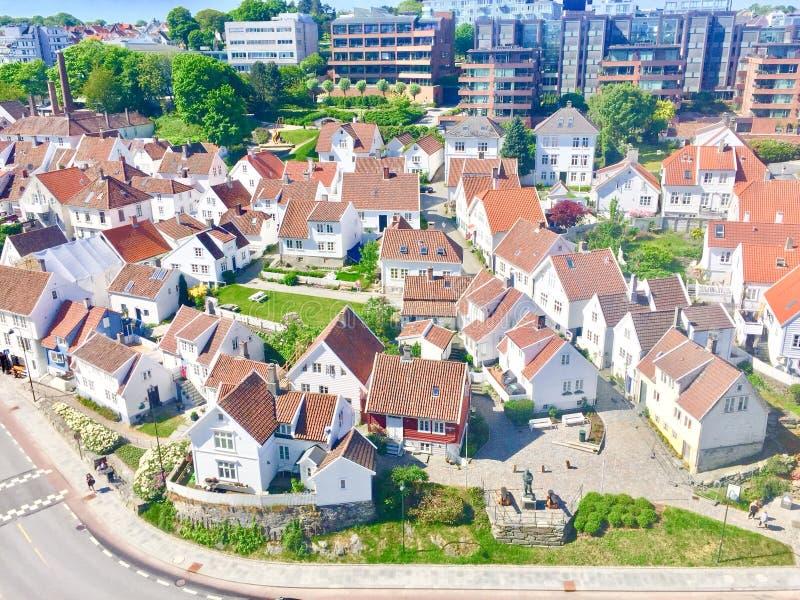 Traditionele Noorse witte huizen in Stavanger Noorwegen stock afbeeldingen