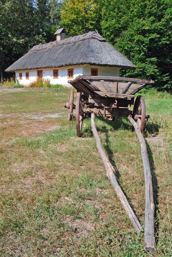 Traditionele Oekraïense kar en hut royalty-vrije stock fotografie