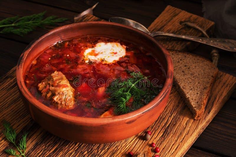 Traditionele Oekraïense Russische rode soep borscht met vlees en zure room Selectieve nadruk stock afbeeldingen