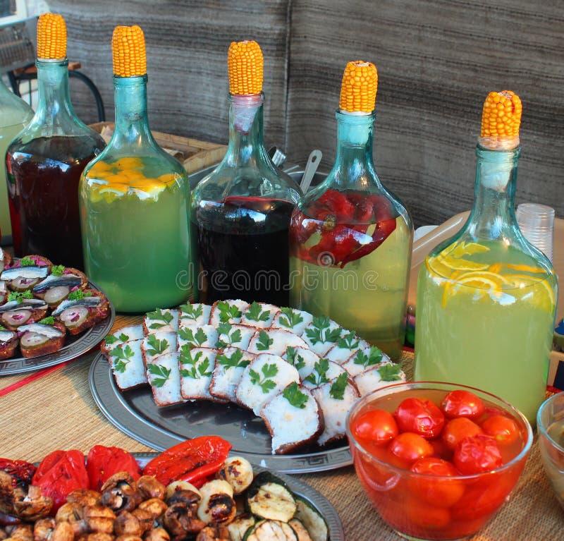 Traditionele Oekraïense wodkagorilka in grote glasflessen royalty-vrije stock afbeelding