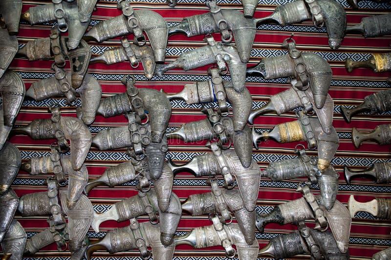 Traditionele omani dolken in de rij stock afbeeldingen