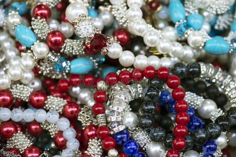 Traditionele oostelijke heldere kleurrijke kostuumjuwelen op een lijst van de straatmarkt Goed voor achtergrond Selectieve nadruk royalty-vrije stock foto's