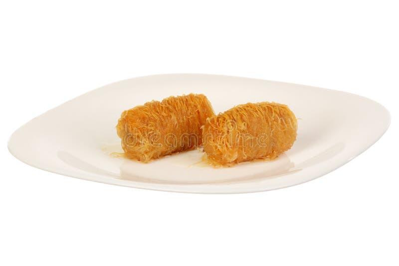 Traditionele oosterse dessertbaklava met stroop stock afbeelding