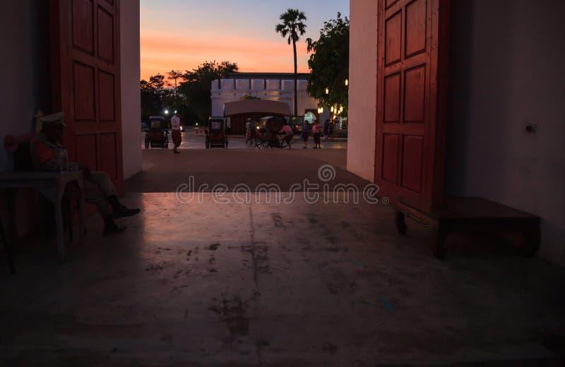 Traditionele oude Aziatische oude de poortingang van de stadsstad met mooie schemeringhemel De Toeristische attractiebestemming v stock afbeeldingen
