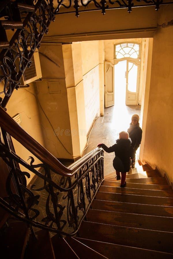 Traditionele Oude de stijlvoordeur van Tbilisi, unrecognizible mensen stock foto's