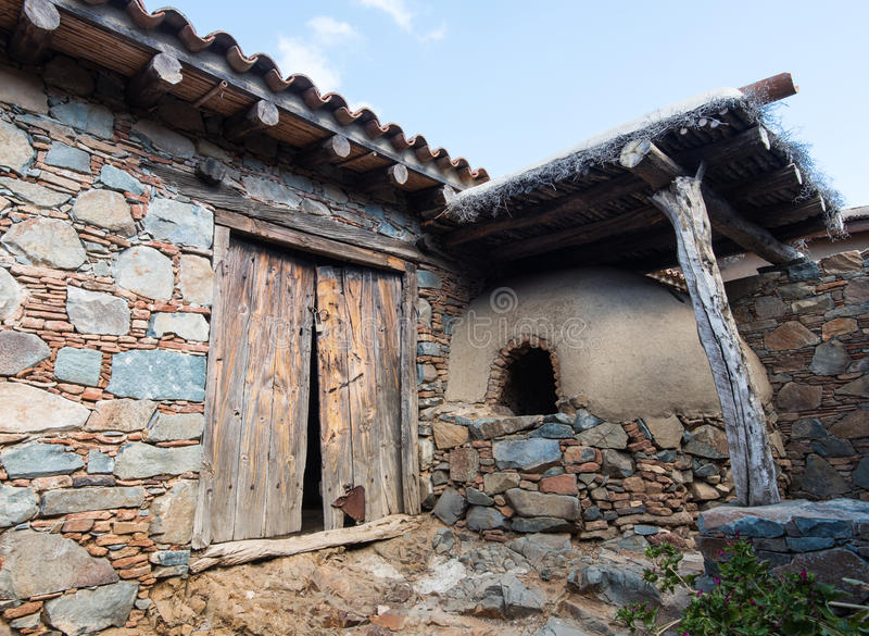 Traditionele oude huisbuitenkant stock foto's