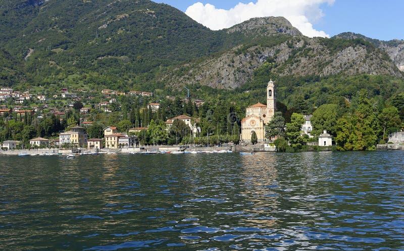 Traditionele oude kerk op Como-oever van het meer stock afbeeldingen