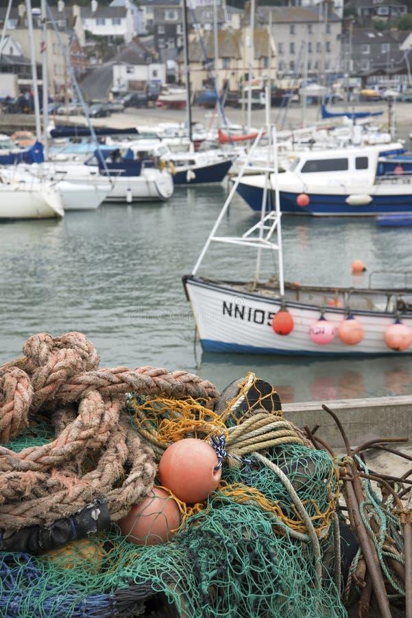 Traditionele oude visnetten en boten in de havenlan van Lyme REGIS stock afbeeldingen