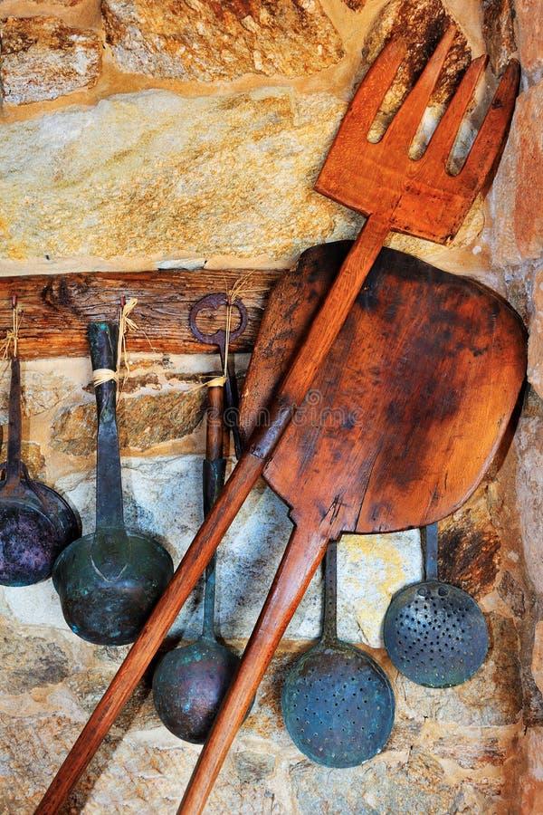 Traditionele oven en kokende werktuigen stock foto's