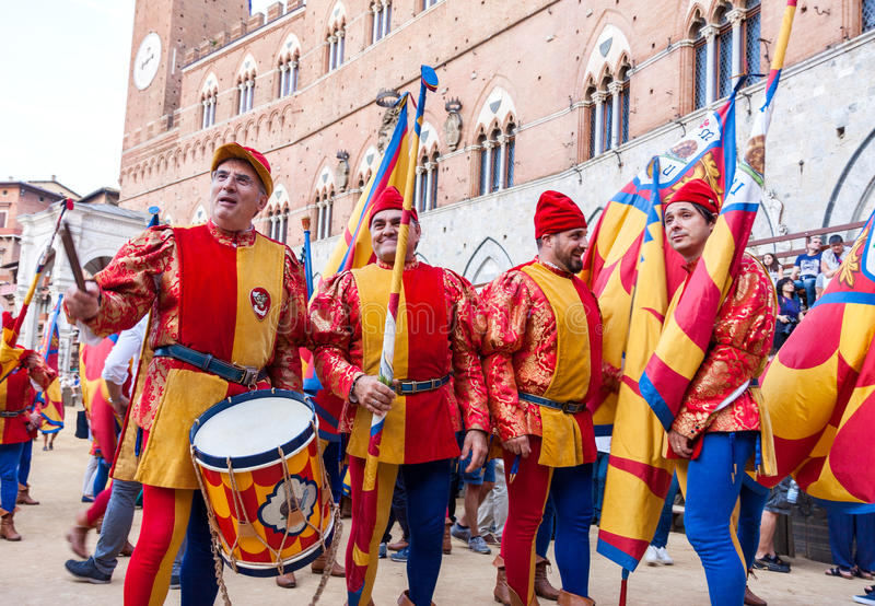 Traditionele Palio-paardenkoers in Siena stock afbeelding