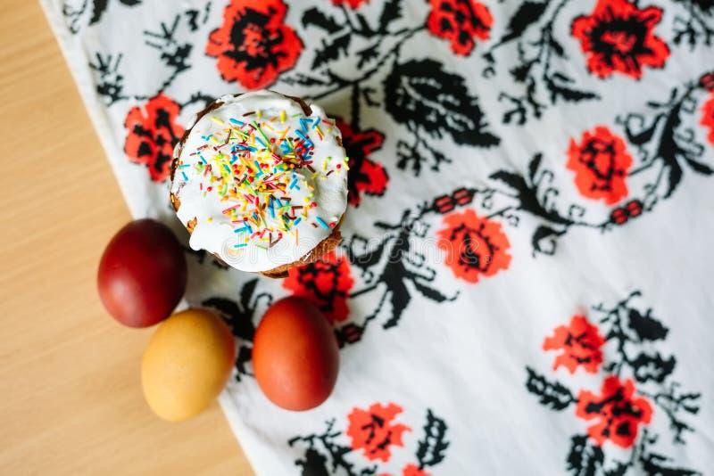 Traditionele Pasen-cake kulich Oekraïense stijl met gekleurde eieren op geschilderde handdoek stock afbeeldingen