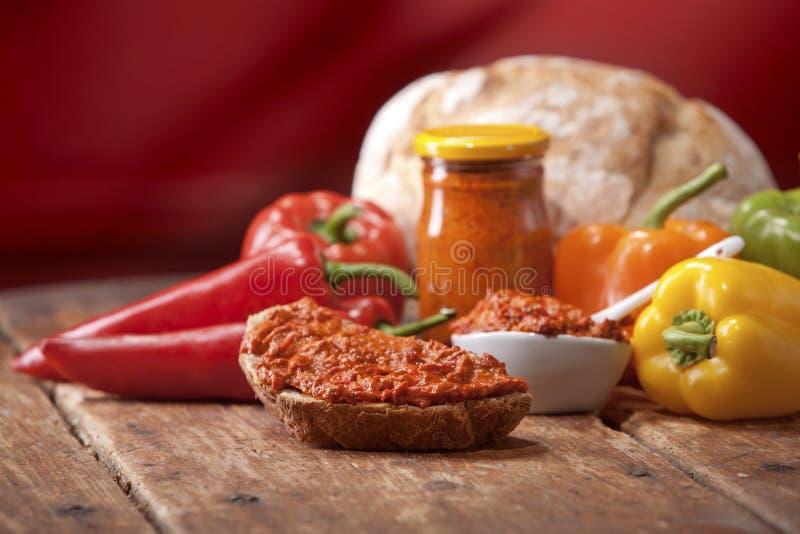 Traditionele pepersaus van de Balkan stock fotografie