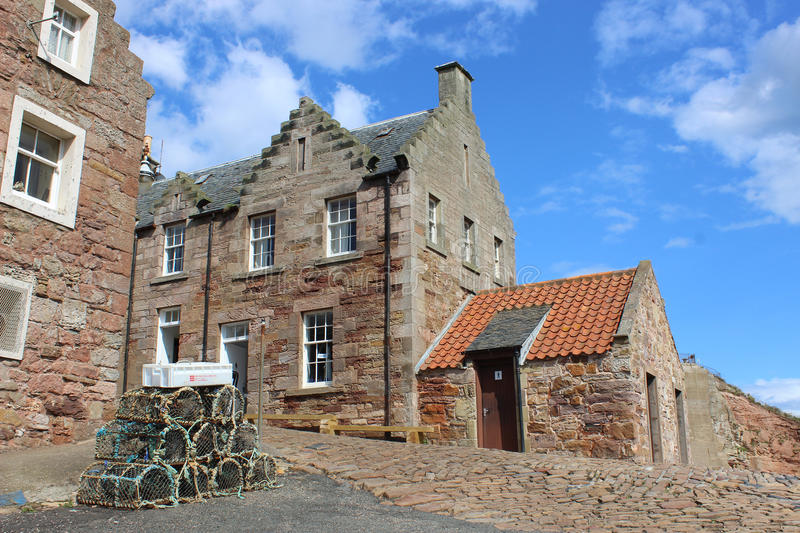 Traditionele plattelandshuisjes door haven, Crail, Schotland stock afbeelding