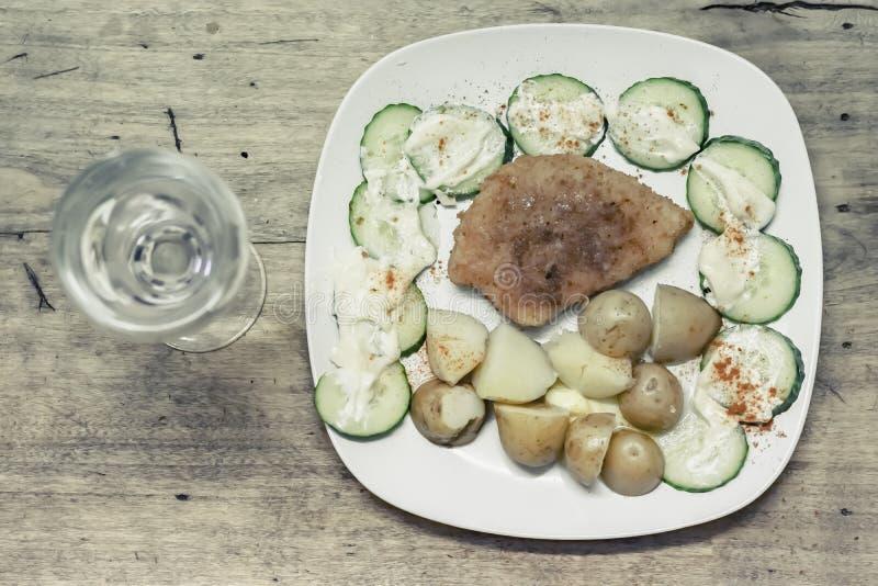 Traditionele Poolse die maaltijd op rustieke houten lijst wordt geplaatst stock fotografie