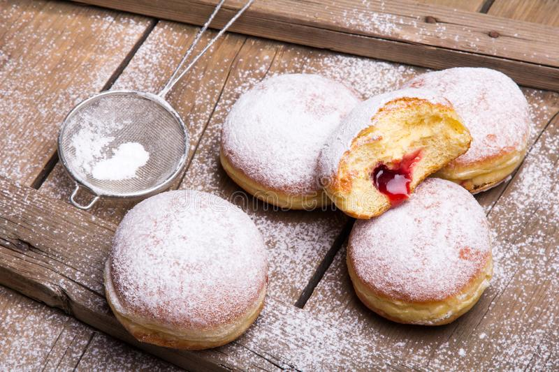 Traditionele Poolse donuts op houten achtergrond stock foto's
