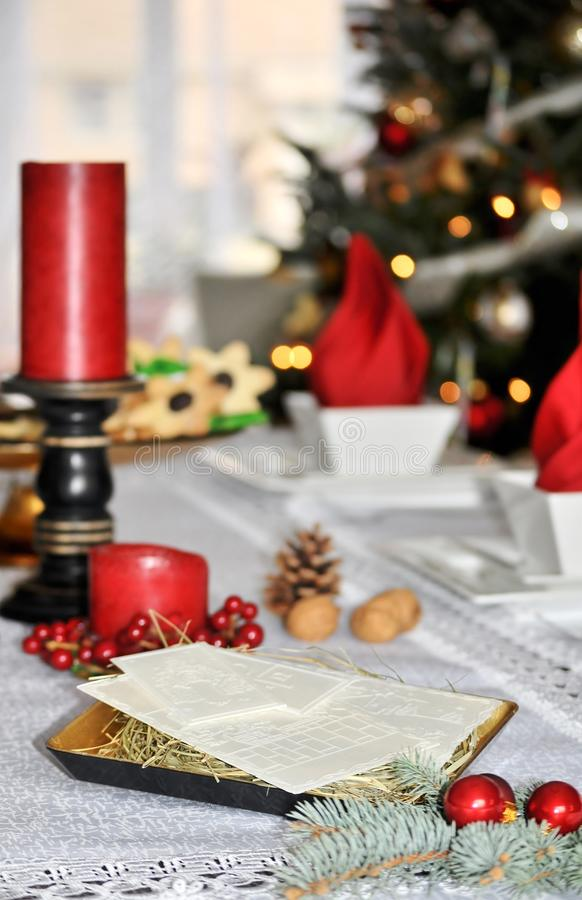 Traditionele Poolse Kerstmislijst met wit Kerstmiswafeltje royalty-vrije stock foto's