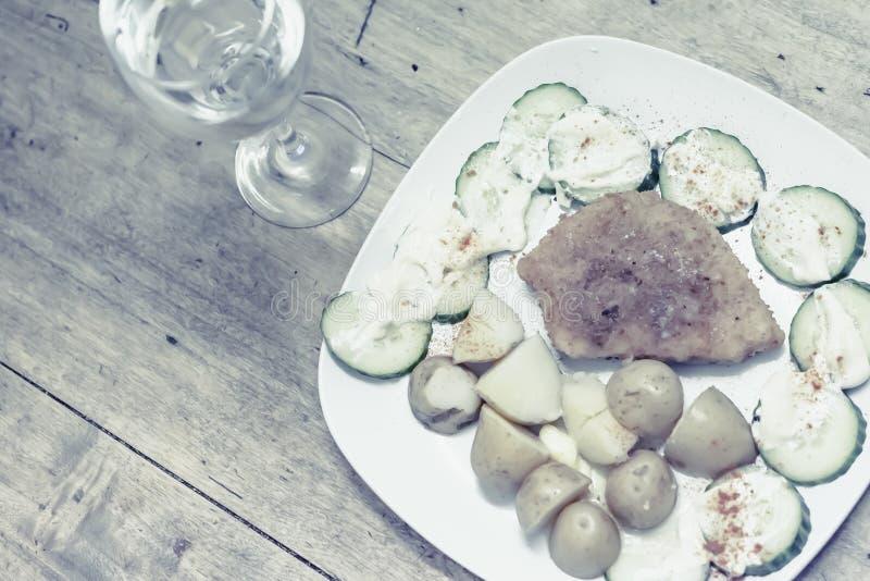 Traditionele Poolse maaltijd die op rustieke houten achtergrond wordt geplaatst royalty-vrije stock afbeelding