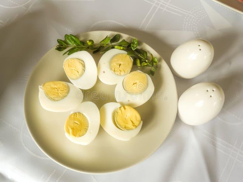 Traditionele Poolse Pasen hard-gekookte die eieren op plaat worden gediend stock afbeelding