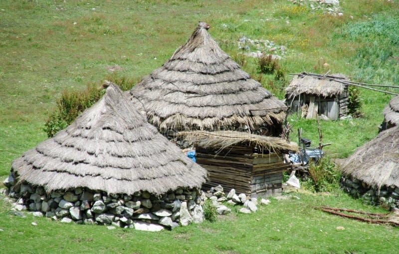 Traditionele quechua huizen in de bergen royalty-vrije stock afbeelding