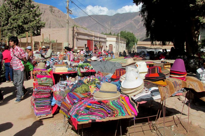 Traditionele quechua kleurrijke die textil bij de markt wordt verkocht royalty-vrije stock foto's