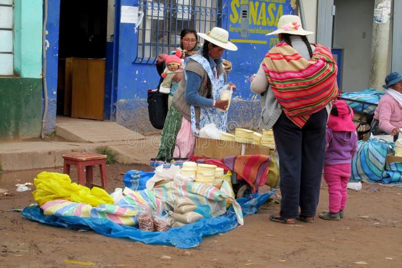 Traditionele quechua vrouw bij de markt stock foto