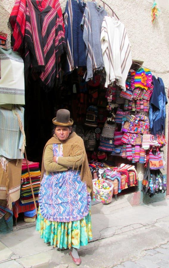 Traditionele quechua vrouw bij de markt stock fotografie