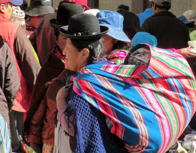 Traditionele quechua vrouw bij de markt royalty-vrije stock fotografie