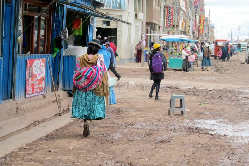 Traditionele quechua vrouw op de straat in Bolivië royalty-vrije stock foto