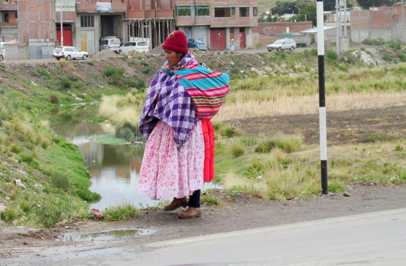 Traditionele quechua vrouw op de straat in Bolivië stock afbeelding