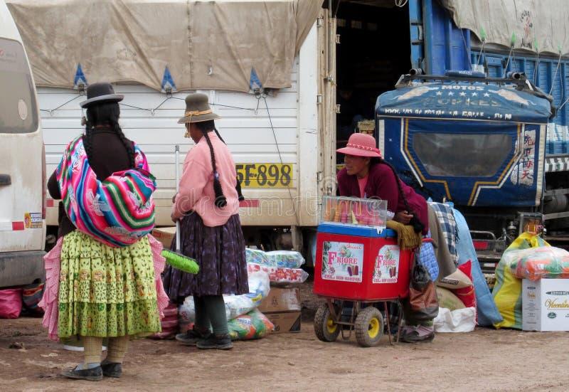 Traditionele quechua vrouwen bij de markt royalty-vrije stock foto