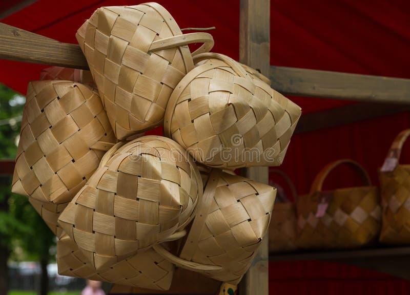 Traditionele rieten die mand van de kleurenambacht van het berkeschors lichte beige stro wordt gemaakt royalty-vrije stock afbeeldingen