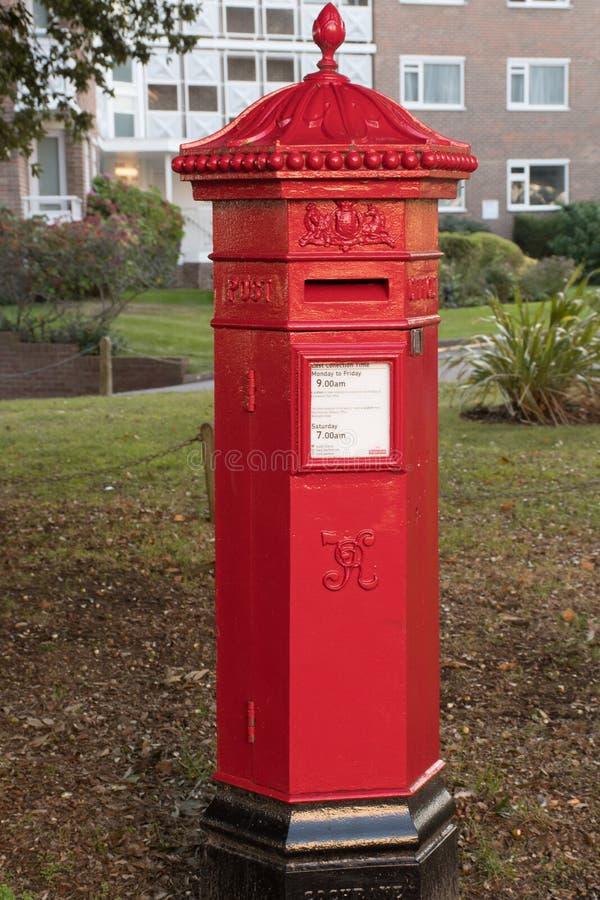 Traditionele Rode Britse postbus stock afbeelding