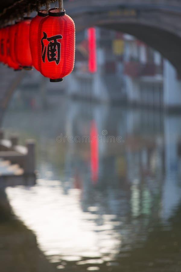 Traditionele rode Chinese lantaarns die dichtbij door de rivier in Qi hangen royalty-vrije stock foto