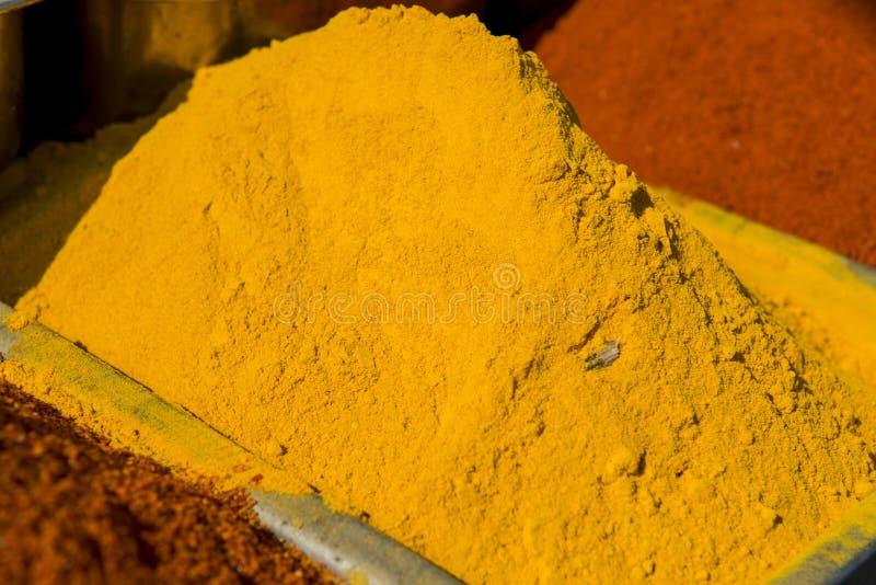 Traditionele rode en gele kruiden in India royalty-vrije stock afbeelding
