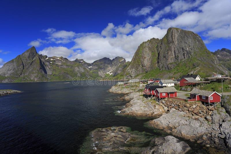 Traditionele rode kleurrijke Noorse visserijhuizen, Lofoten-Eilanden royalty-vrije stock foto
