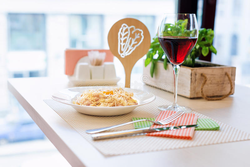 Traditionele Romige Spaghetti Carbonara met eierdooier, kaas en bacon royalty-vrije stock afbeelding