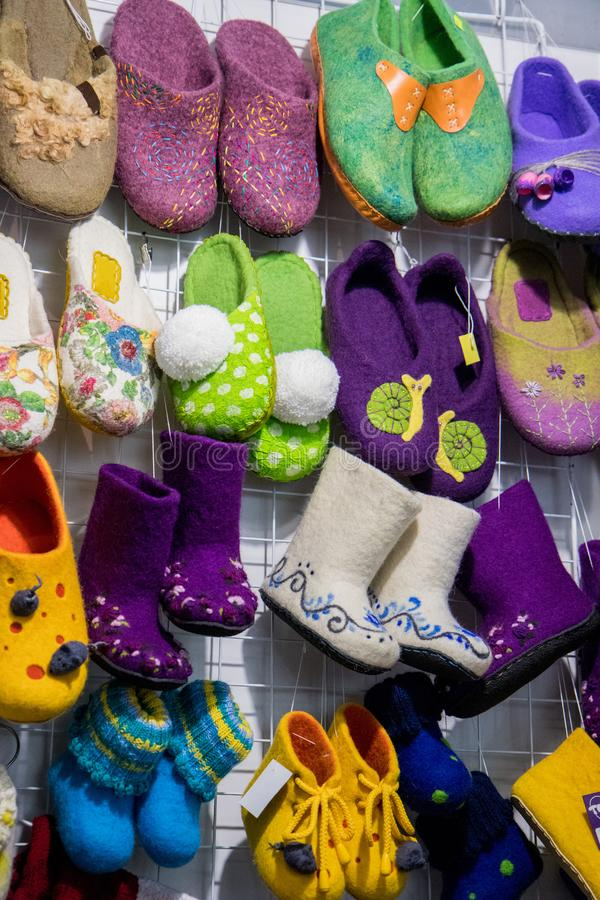 Traditionele Rus voelde laarzen op handelsteller royalty-vrije stock afbeelding