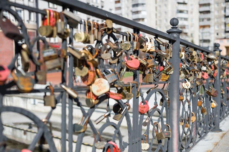 Traditionele Russische huwelijkskastelen op de brug stock fotografie