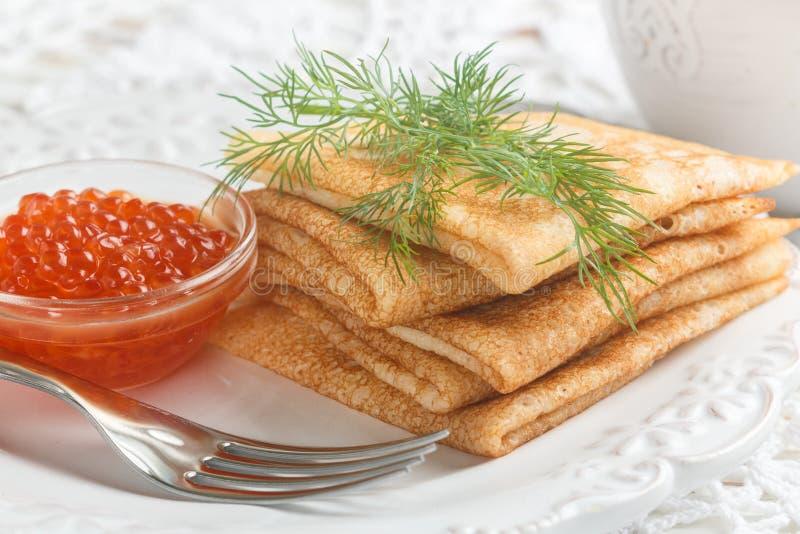 Traditionele Russische pannekoekenblini met zalmkaviaar royalty-vrije stock afbeelding