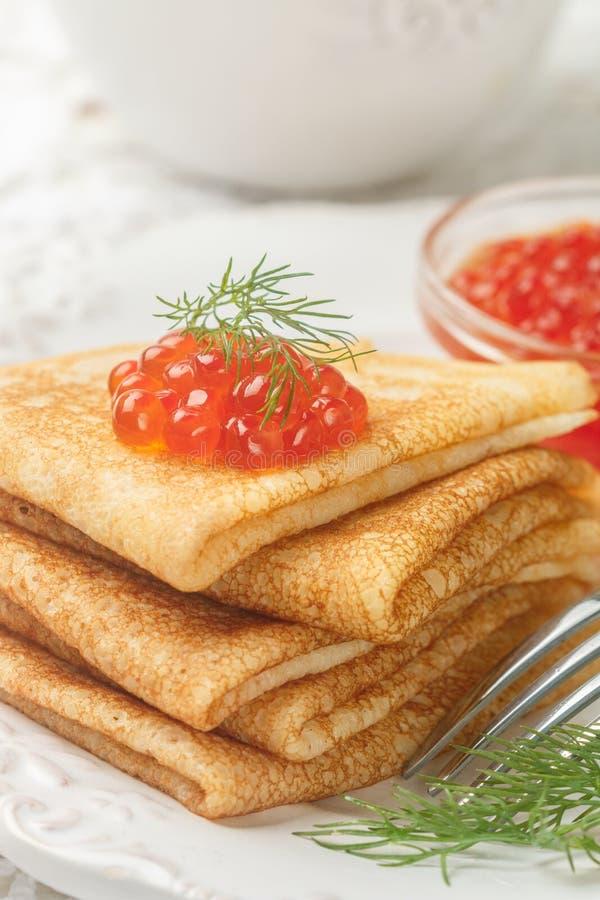 Traditionele Russische pannekoekenblini met zalmkaviaar stock foto's