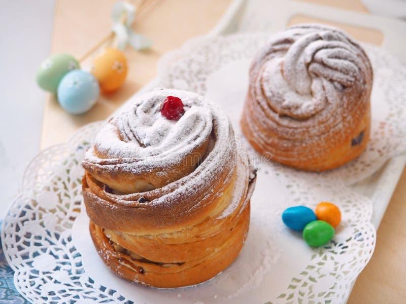 Traditionele Russische Pasen-cake Cruffindessert, met suikerpoeder wordt verfraaid, Amerikaanse veenbessen en paaseieren dat Eige stock fotografie