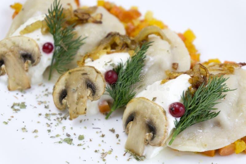 Traditionele Russische voedselbollen of vareniki, deeg met vlees of andere die het vullen, met bloem en ei op een lijst wordt ged stock afbeeldingen
